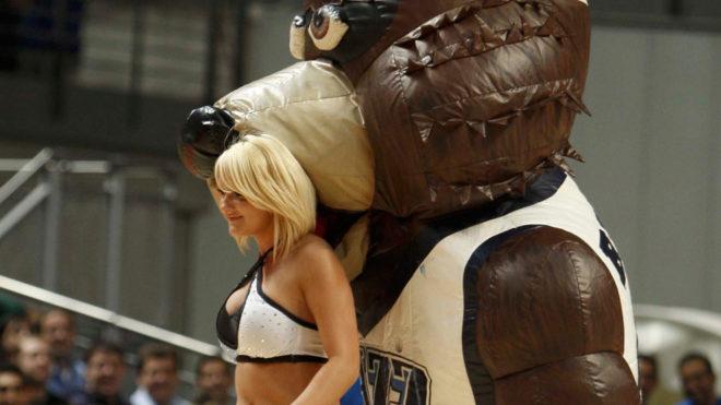 La mascota de los Jazz y una cheerleader del equipo de Utah.