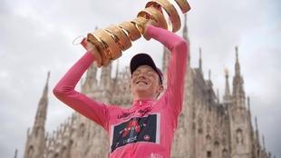 Tao Geoghegan Hart celebra con el trofeo tras proclamarse vencedor del...