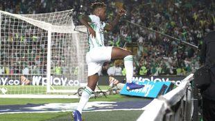 Gustavo Torres celebra un gol con Nacional.