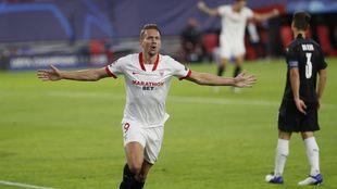 Luuk de Jong celebra un gol ante el Rennes.