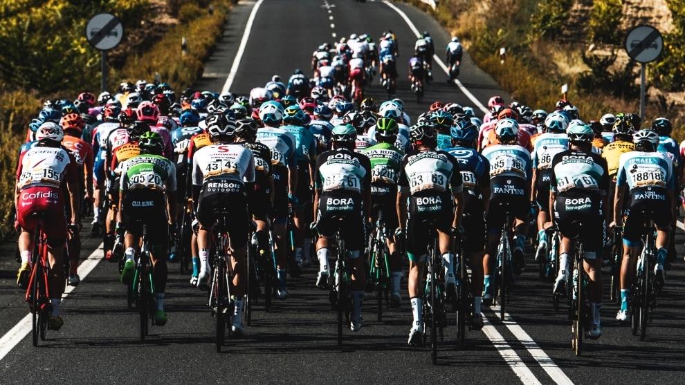 La Vuelta a España: el pelotón avanza a lo largo de las carreteras...