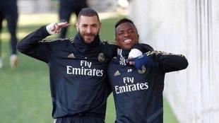 Benzema y Vinícius posan tras un entrenamiento