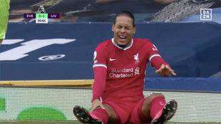 Van Dijk, tras caer lesionado ante el Everton