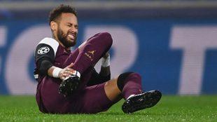 Neymar, tras caer lesionado en el último partido de la Champions
