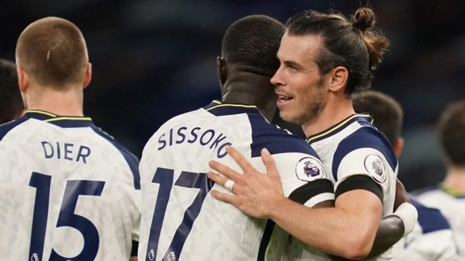 Gareth Bale se abraza a Sissoko tras marcarle al Brighton