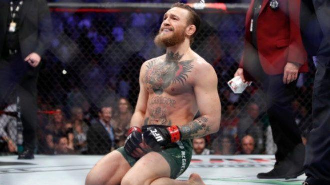 McGregor, de rodillas, tras ganar un combate
