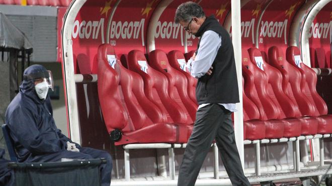 Juan Carlos Osorio, cabizbajo en el encuentro entre Santa Fe y...