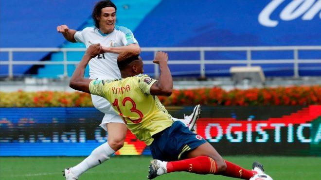 Cavani anota el primer gol de Uruguay ante Colombia.