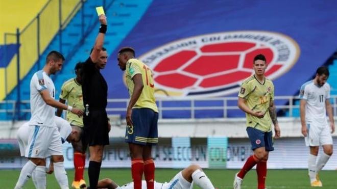 Yerry Mina ve la tarjeta amarilla ante Uruguay.
