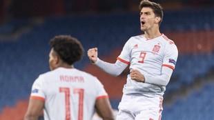 Gerard Moreno celebra el gol del empate de España.