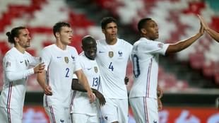 Los jugadores franceses celebran el gol de la victoria.