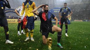 Rami posa con Francia con el trofeo de campeón del mundo