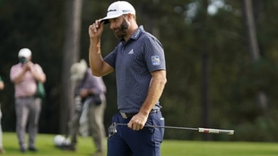 Dustin Johnson rumbo al hoyo 18 del Augusta National.