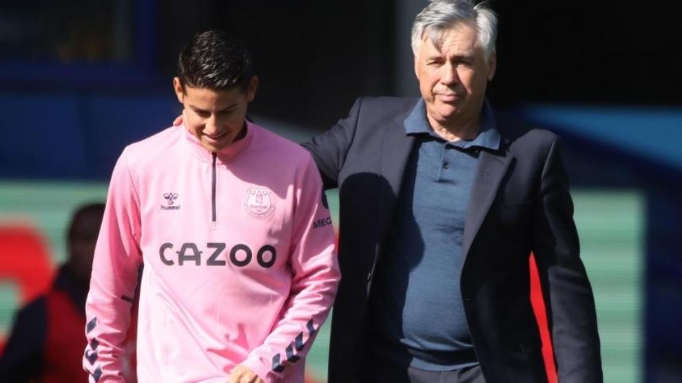 James Rodríguez y Carlos Ancelotti, durante un partido del Everton.