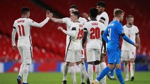 Jugadores de Inglaterra celebran un gol ante Islandia.