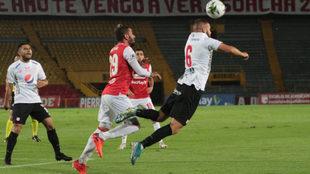 Felipe Jaramillo rechaza el balón ante la presión de Patricio...