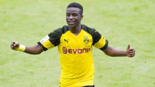 Moukoko celebra un gol con el Dortmund