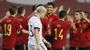 Los jugadores españoles celebran uno de sus seis goles a Alemania