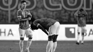 James y Duván, destruidos tras la goleada ante Ecuador.
