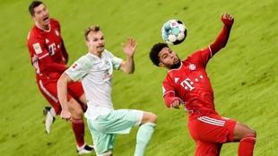 Gnabry controla la pelota en velocidad.