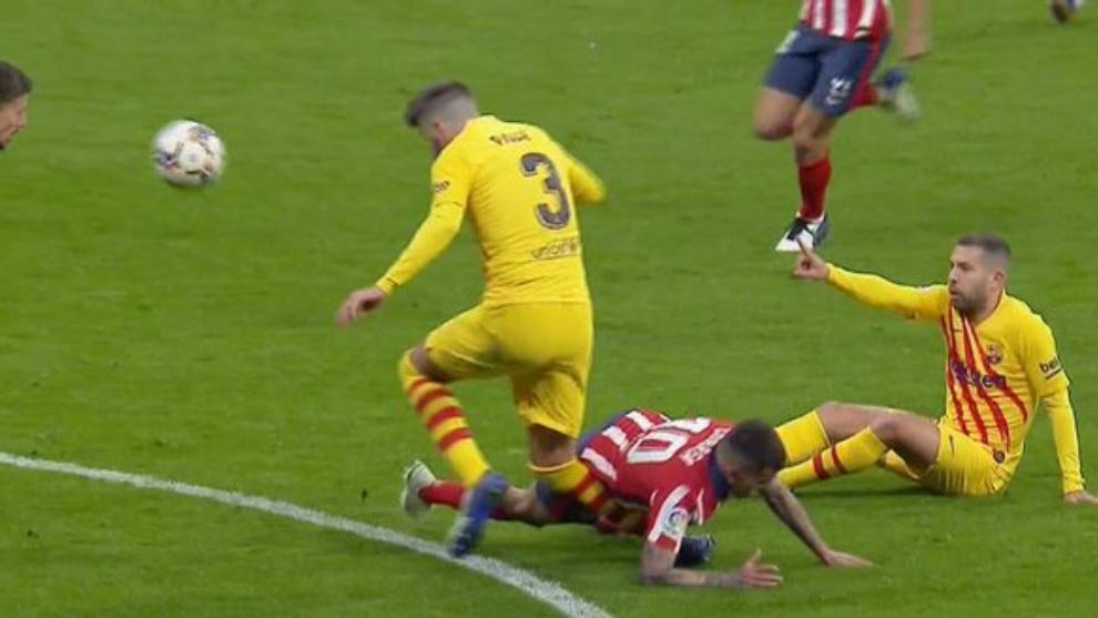 El Barça anuncia que Piqué sufre un esguince de rodilla