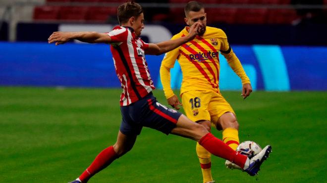 Jordi Alba, ante la marca de Llorente.