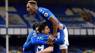 James y Yerry Mina celebran un gol con el Everton