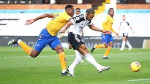 Yerry Mina no puede evitar que De Cordova-Reid marque el empate del...