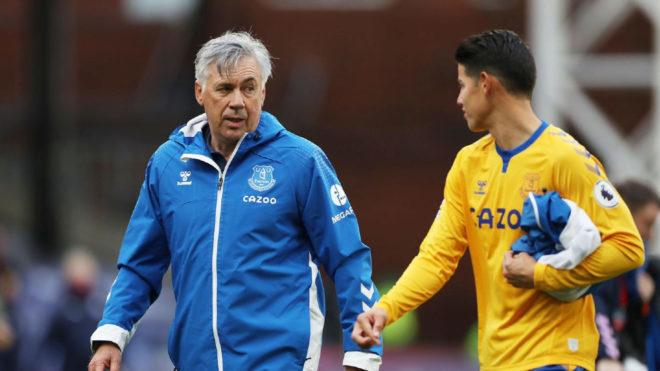Ancelotti dialoga con James al final de un partido