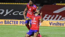 Jeison Medina y su mirada al cielo tras el gol de la victoria. Junto a...