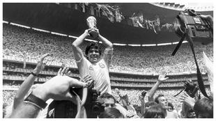 Diego Armando Maradona sosteniendo la Copa del Mundo de 1986.