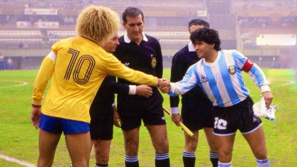 Carlos Valderrama y Diego Maradona se saludan antes de un partido.