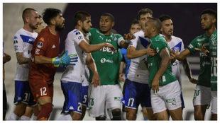 Discusión entre jugadores del Deportivo Cali y Vélez Sarsfield...