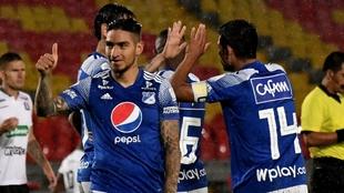 Jugadores de Millonarios celebra un gol contra Once Caldas.
