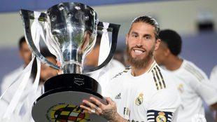 Sergio Ramos, con la última Liga que ganó el Real Madrid