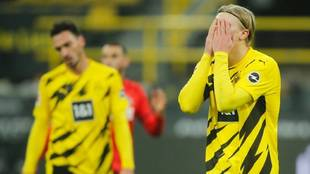Haaland se lamenta durante el partido ante el Colonia