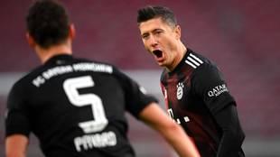 Lewandowski celebra su gol al Stuttgart