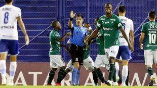 El polémico arbitraje de Cristian Garay durante el Vélez vs...