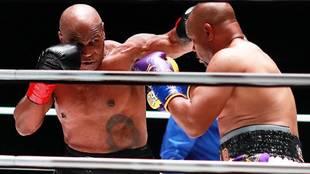 Tyson golpea a Jones Jr. durante el combate