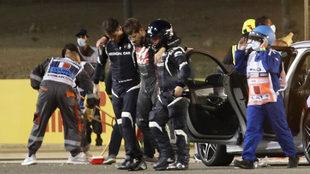 Grosjean sale por su propio pie tras el terrible accidente