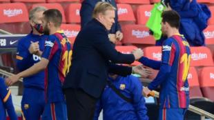 Koeman saluda a Messi al final del partido