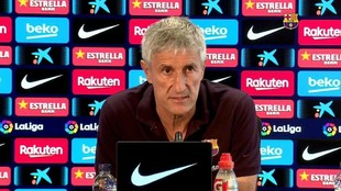 Quique Setién, durante una rueda de prensa con el Barça.