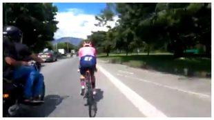 El momento donde una moto adelanta de manera peligrosa al ciclista...