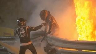 Las escalofriantes imágenes del aparatoso accidente de Grosjean:...