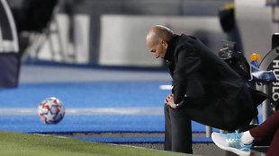 Zidane, cabizbajo en el banquillo.