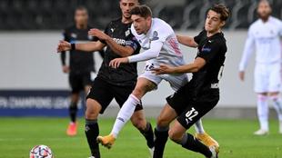 Fede Valverde golpea un balón durante un partido contra el Borussia...