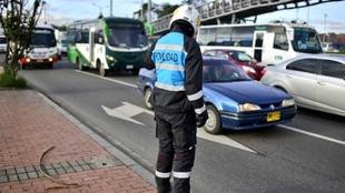 Agente de movilidad en una calle de Bogotá.