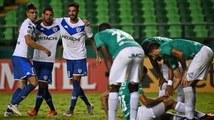 Jugadores de Vélez celebran un gol ante el Cali.