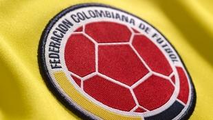 Escudo de la Federación Colombiana de Fútbol en la camiseta de la...