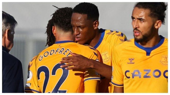 Yerry Mina abraza a Godfrey al final de un partido con el Everton